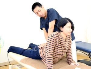 腰痛施術の様子